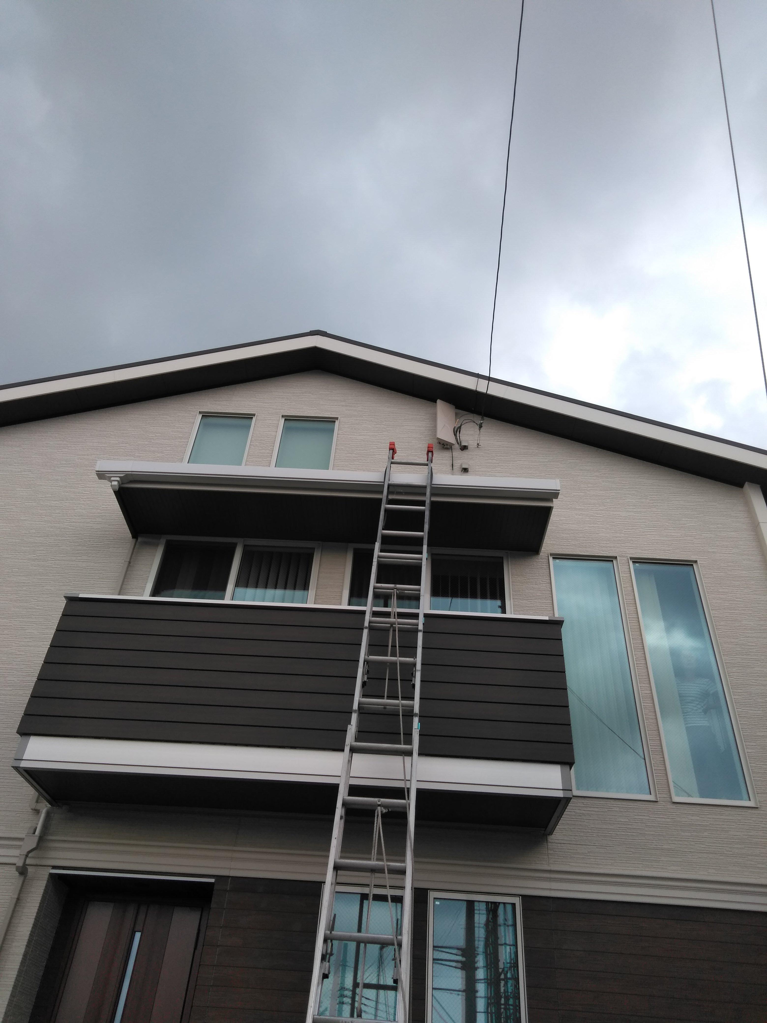 はしごをかけて取り付けたデザインアンテナの写真