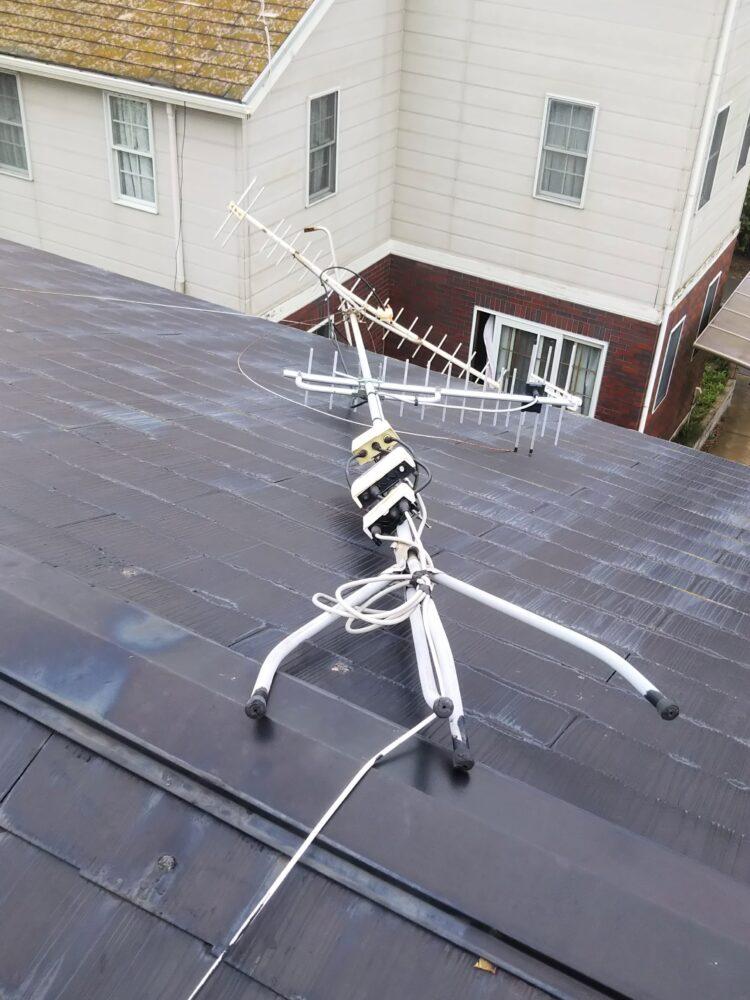 屋根の上で倒れてしまった八木式アンテナの写真