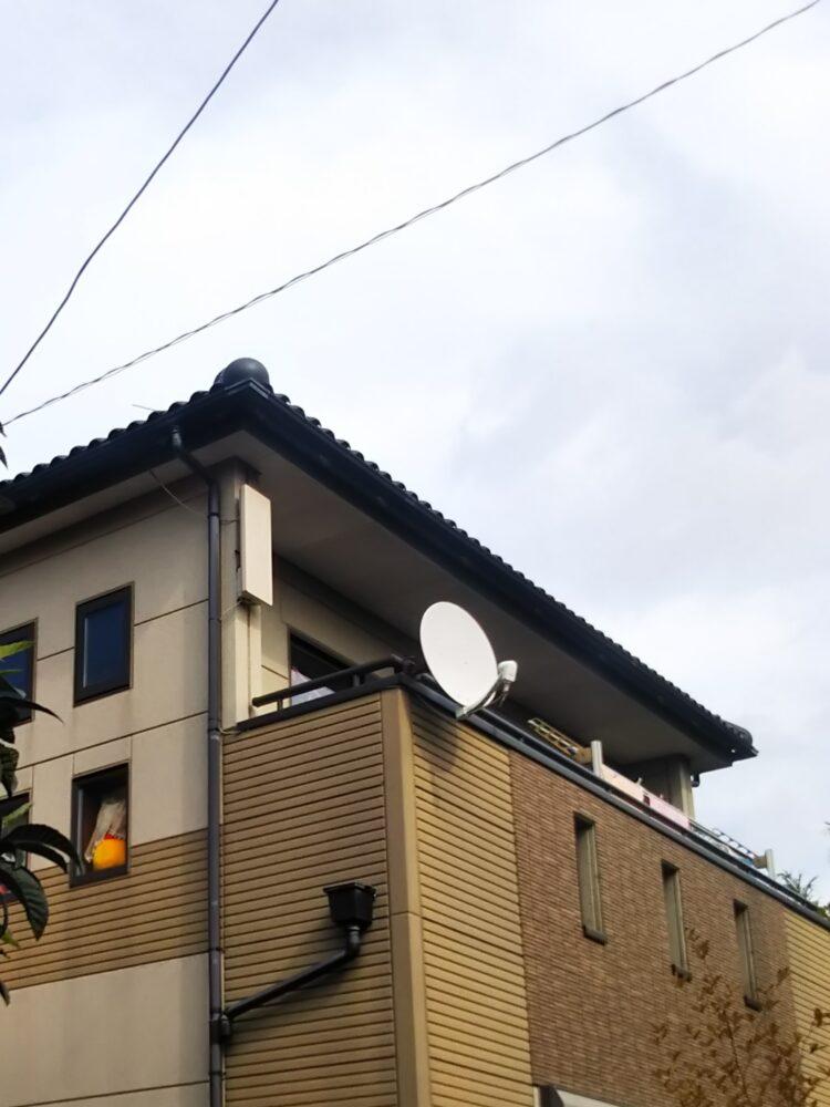 ベランダに取り付けたBSアンテナと付近の壁に取り付けたデザインアンテナ