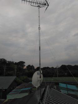 マストを長くとった八木式アンテナとBS/CSアンテナの写真