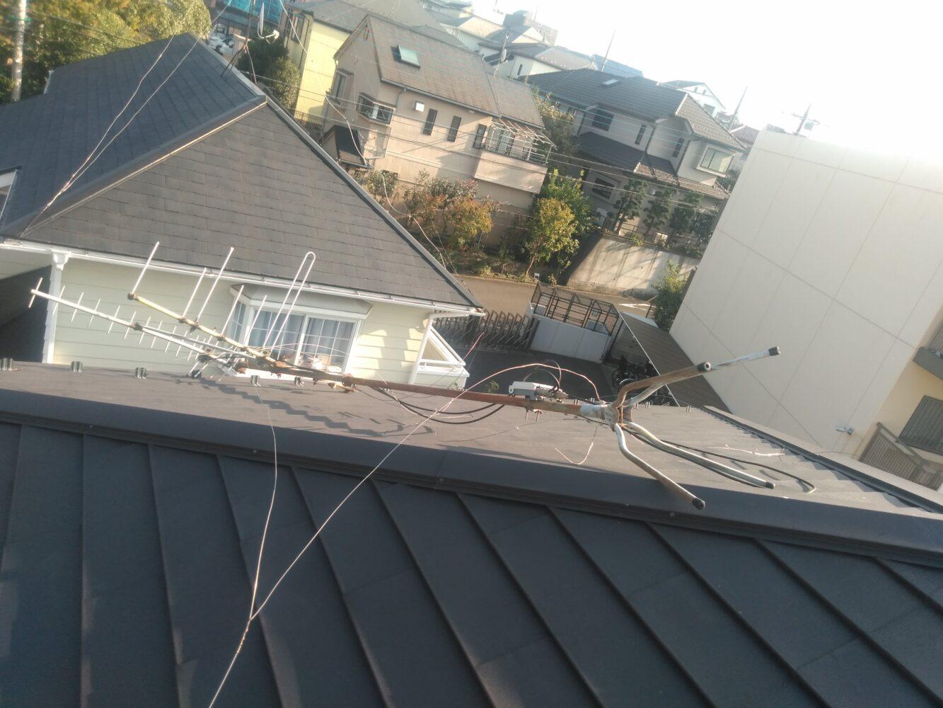 屋根の上で倒れたアンテナの写真